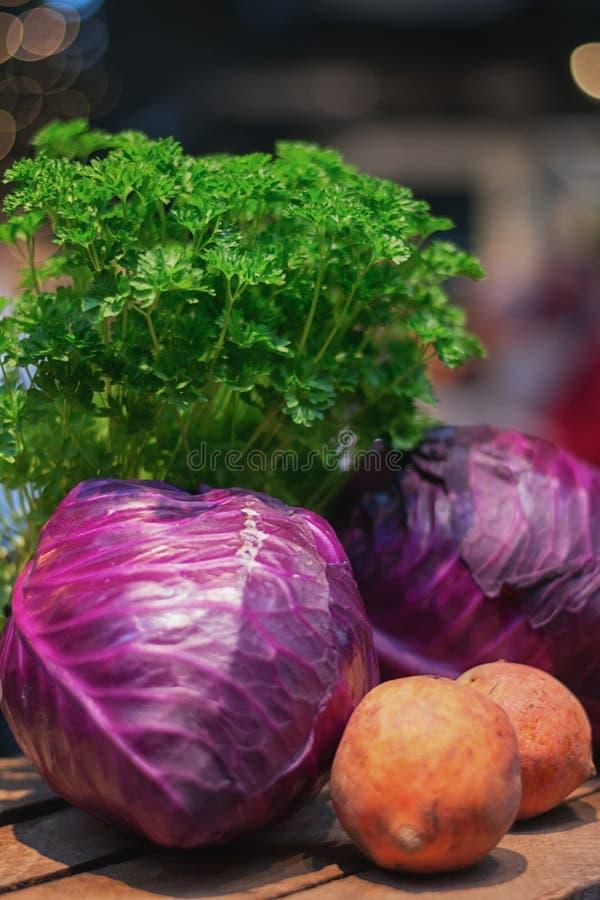 Bataat, rode die kool en peterselie op het voedsel wordt getoond fest royalty-vrije stock fotografie