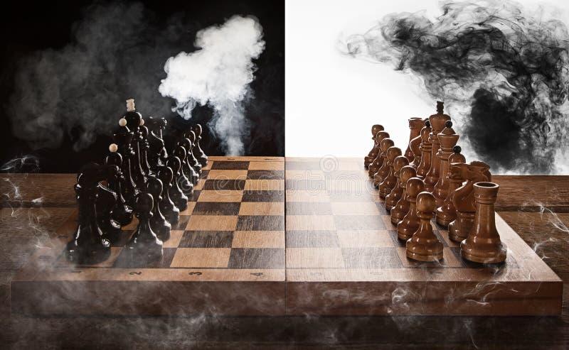 Bataille d'échecs noire et blanche photographie stock libre de droits