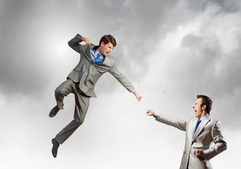 Bataille de deux hommes d'affaires photos stock