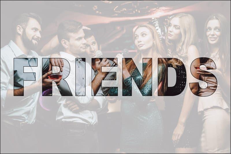 Bataille musicale d'amis de collage dans le club de karaoke image stock