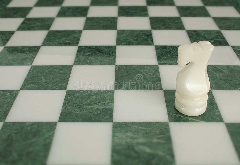A batalha é terminada - cavalo da xadrez sozinho fotografia de stock