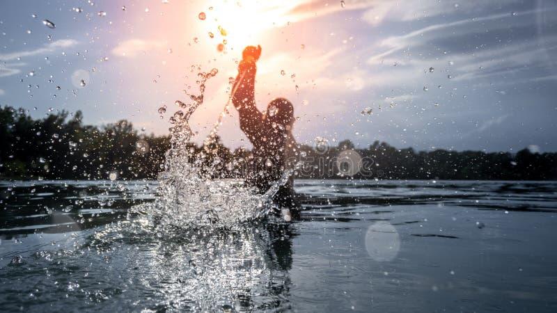 batalha da água no lago do por do sol fotografia de stock