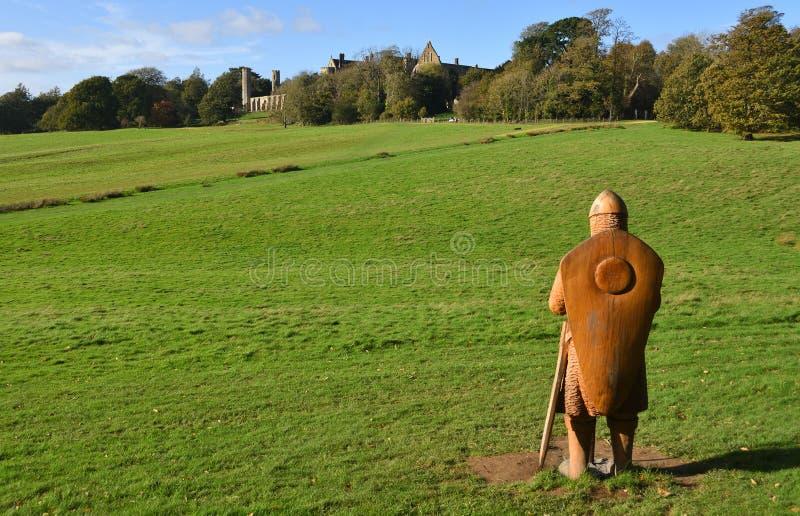 A batalha do local da batalha de Hasting com a abadia da batalha no fundo e no soldado de madeira cinzelado sem redução no primei fotografia de stock royalty free