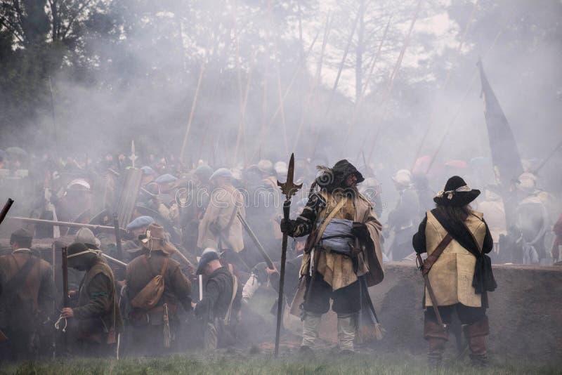 Batalha do Reenactment do grolle Os Países Baixos Luta histórica entre o espanhol e o dutch imagens de stock royalty free
