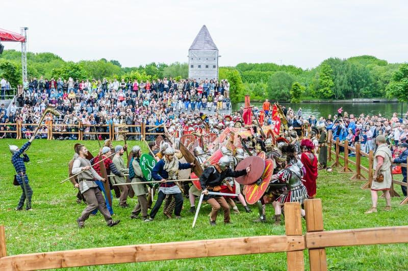 Batalha dos bárbaros com a infantaria clara romana Tempos e épocas do ` do festival imagens de stock royalty free