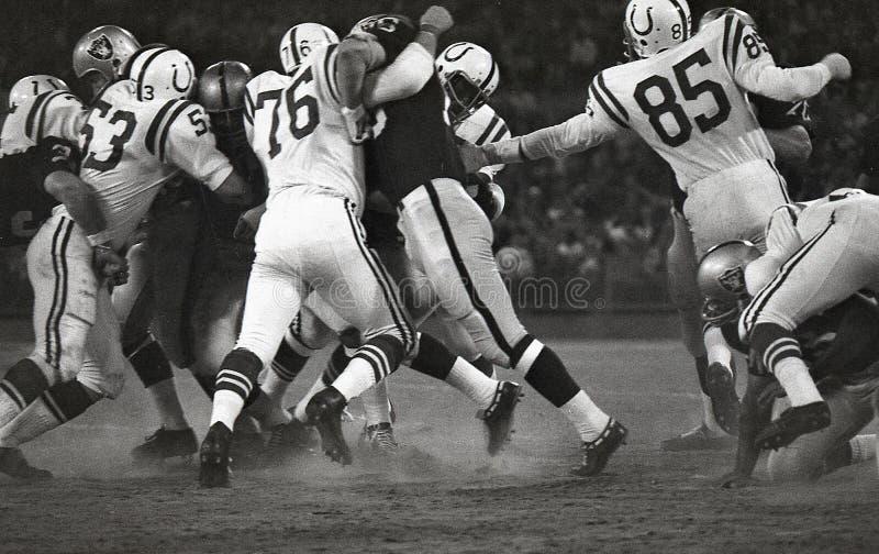 Batalha dos Oakland Raiders o Baltimore Colts em Oakland fotografia de stock