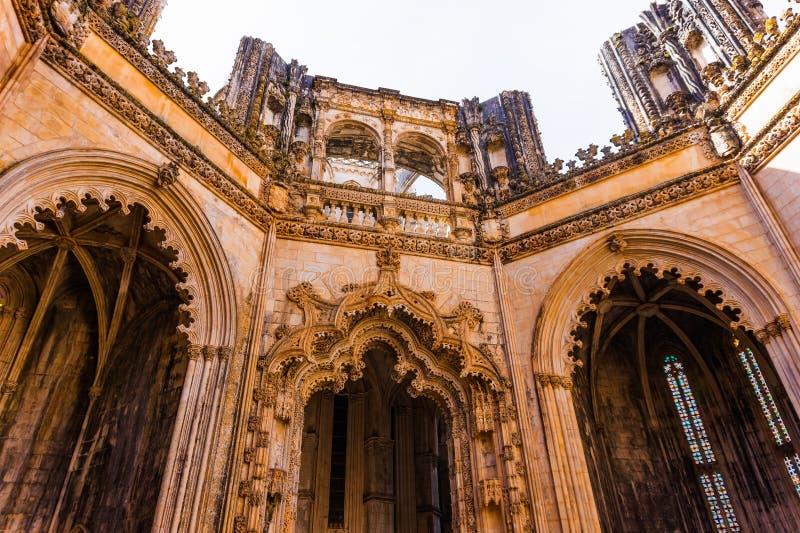batalha portugal Överkant av de oavslutade kapellen aka Capelas Imperfeitas av Batalha arkivfoton