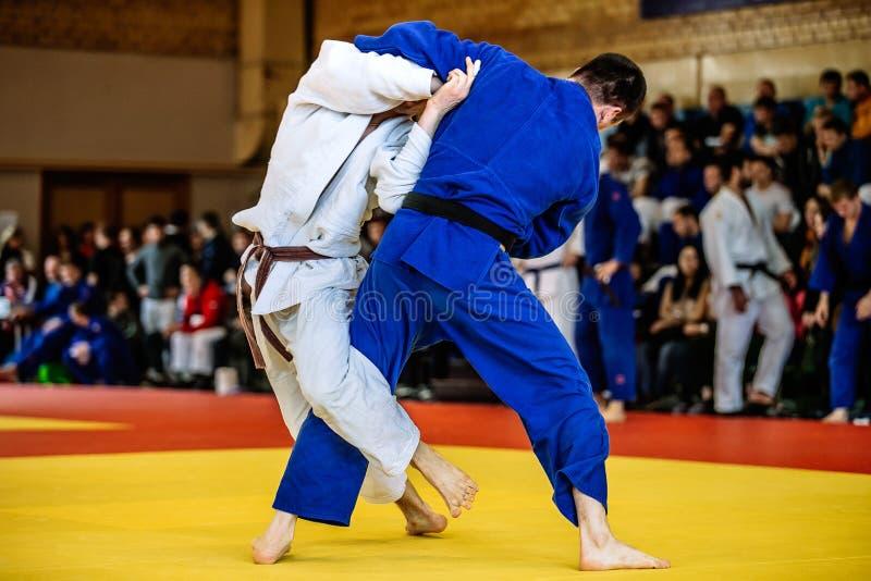 Batalla del judo de dos combatientes foto de archivo