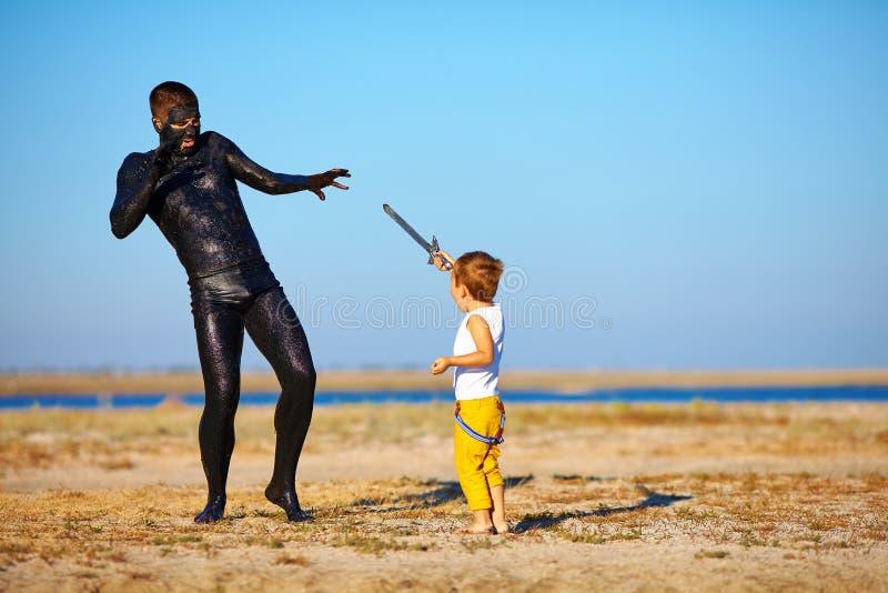 Download Batalla Entre El Muchacho Y El Hombre Negro Imagen de archivo - Imagen de juego, diversión: 41910741