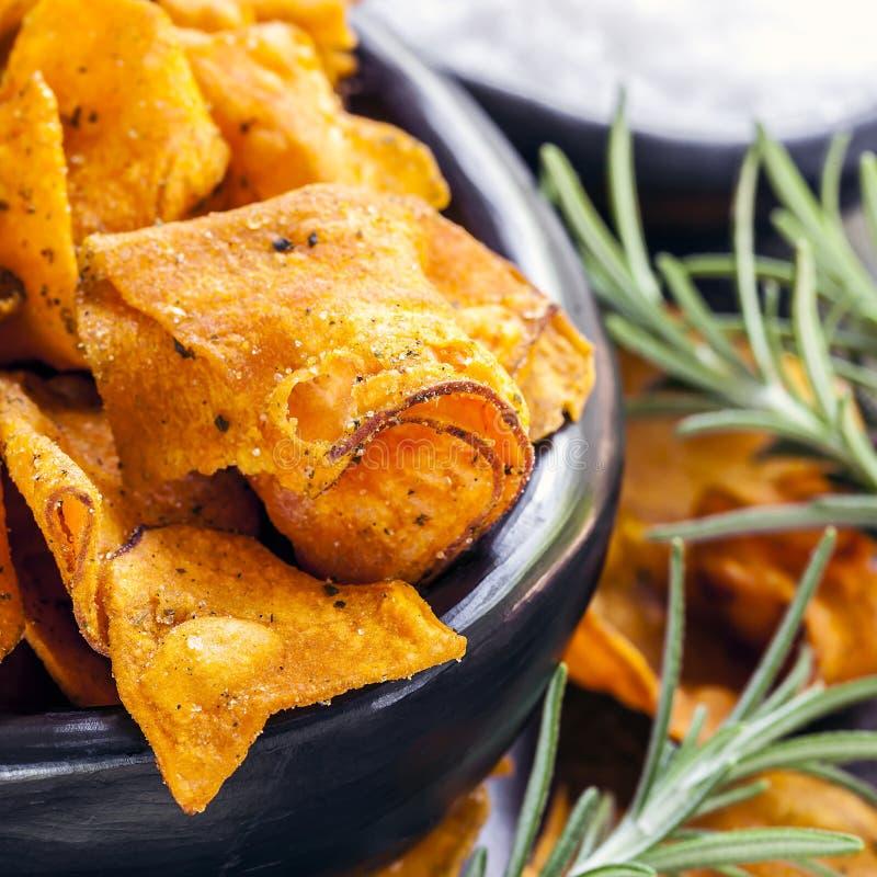 Batatów chipsy z rozmarynami i morze solą fotografia stock