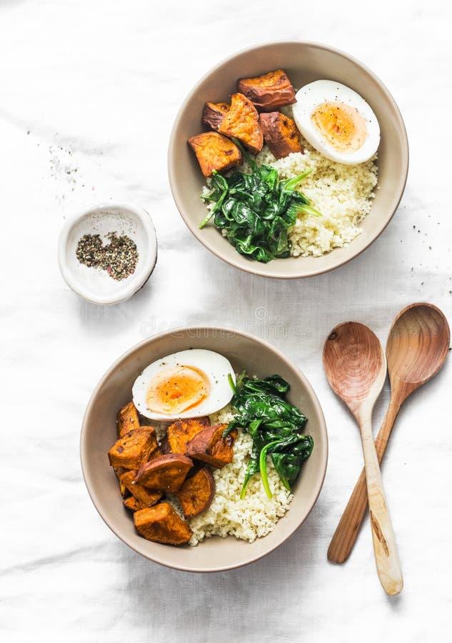 Batat, couscous, szpinak, jajeczny Buddha puchar na lekkim tle, odgórny widok Jarski jedzenie zdjęcie stock