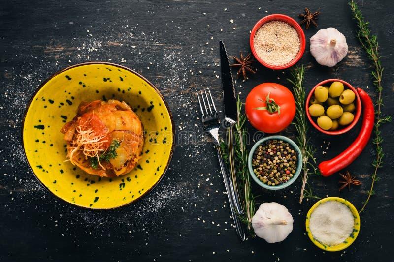 Batata assada em molho de tomate Garnish imagens de stock