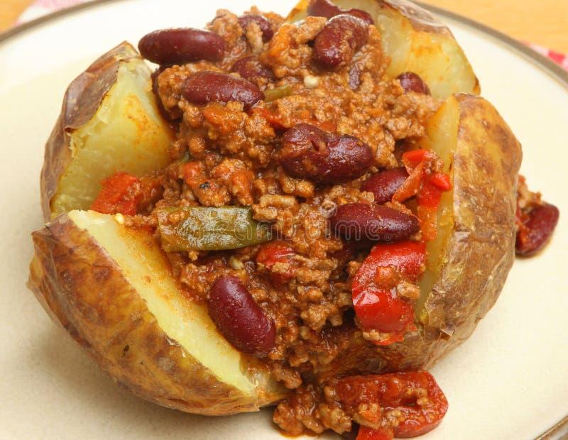 Batata com manteiga com enchimento do chilli con carne fotografia de stock royalty free