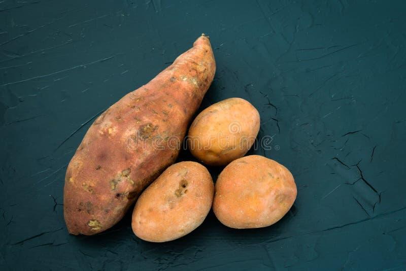 Batata doce ao lado do batatas regulares imagem de stock