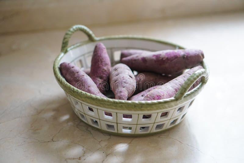 Batata doce roxa em uma cesta fotografia de stock