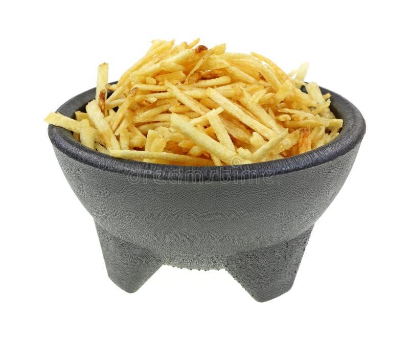 A batata friável cola a bacia preta do suporte imagem de stock royalty free