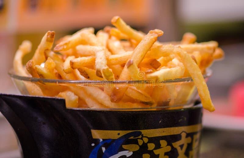 A batata frita microplaquetas no café da correia transportadora em Japão fotografia de stock