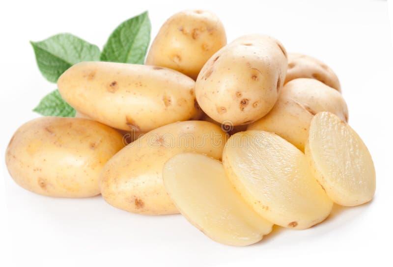 Batatas amarelas com folhas imagens de stock royalty free
