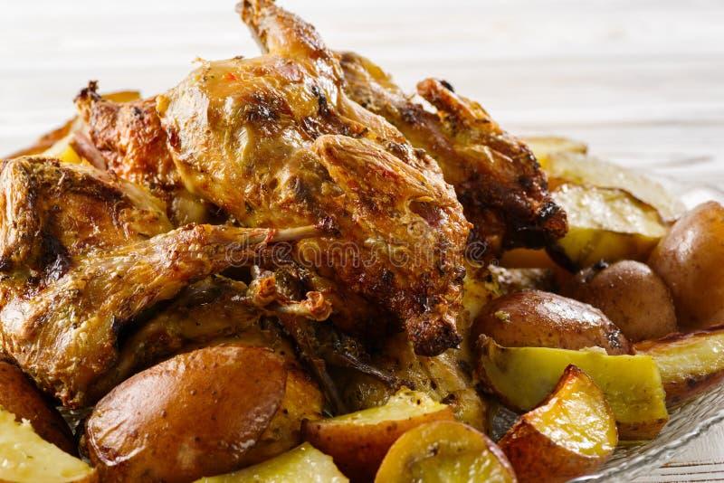 Batatas com as codorniz da carne cozidas em casa imagens de stock royalty free
