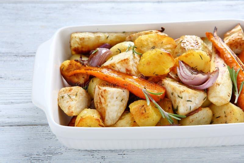 Batatas cozidas com cenouras e cebolas imagem de stock