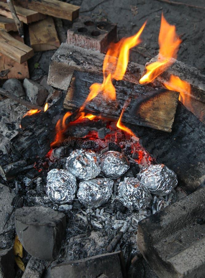 Batatas cozidas - cozimento da fogueira imagem de stock