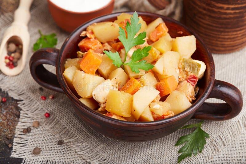 Batatas cozidos com carne da galinha, cenoura, tomate e pimenta doce fotografia de stock