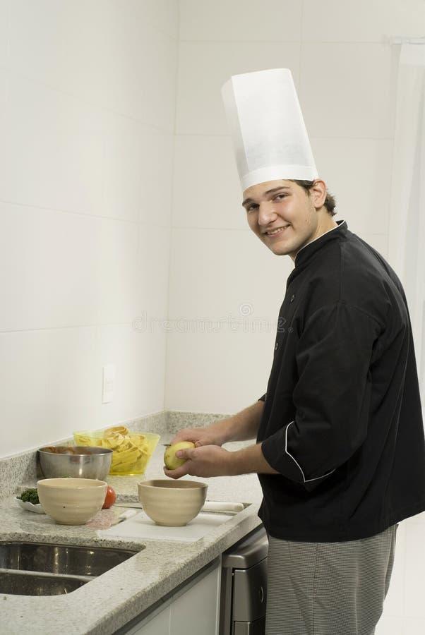 Batatas da casca do cozinheiro chefe foto de stock