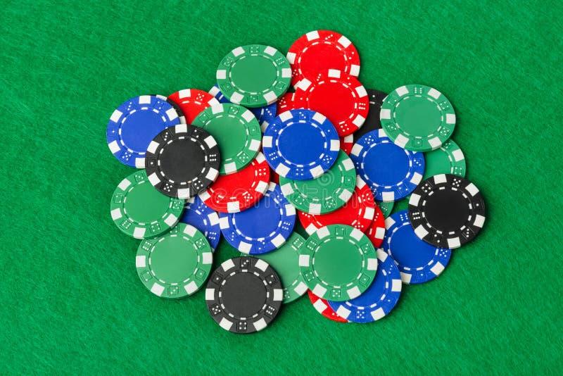 Batatas de casino em mesa verde fotos de stock royalty free