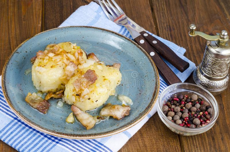 Batatas de Cepelinai com molho da carne foto de stock