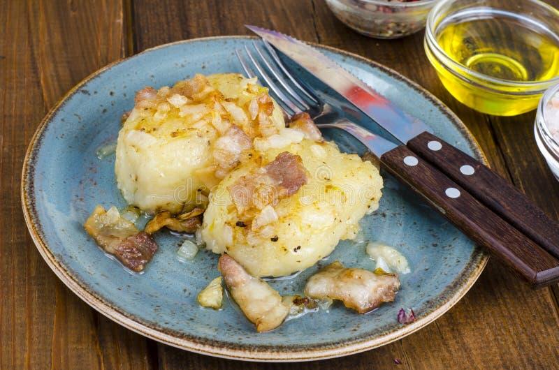 Batatas de Cepelinai com molho da carne fotografia de stock