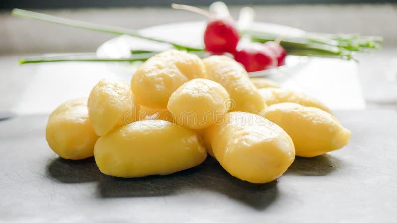 Batatas descascadas fotografia de stock