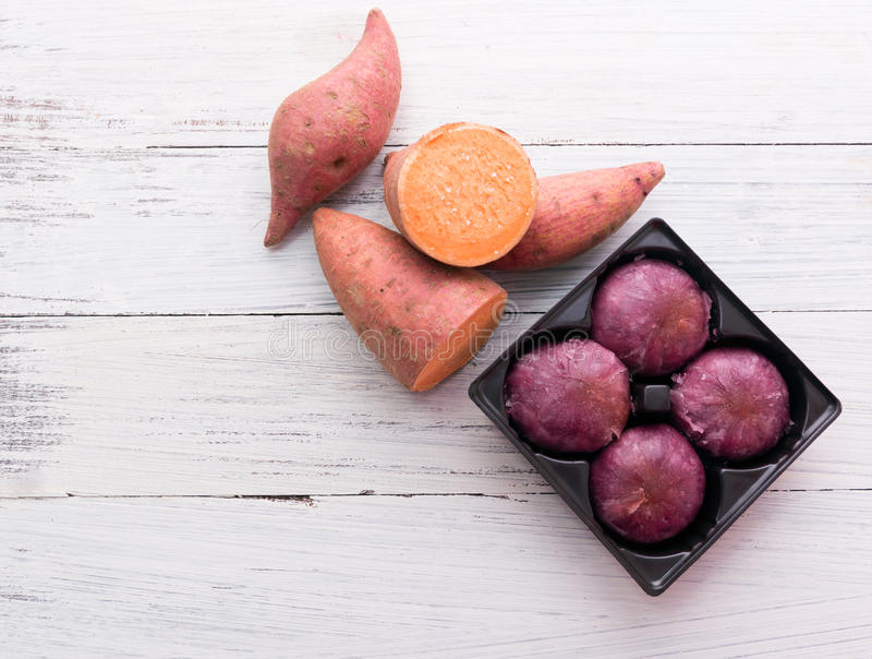 Batatas doces cruas com torta da batata imagens de stock royalty free