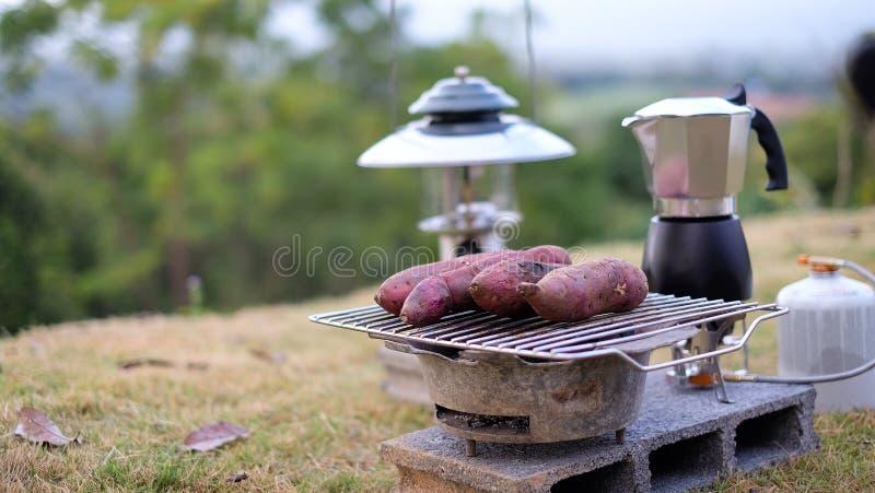 Batatas doces queimadas, cardápio delicioso e calor no inverno na grelha pronta para comer fotos de stock royalty free