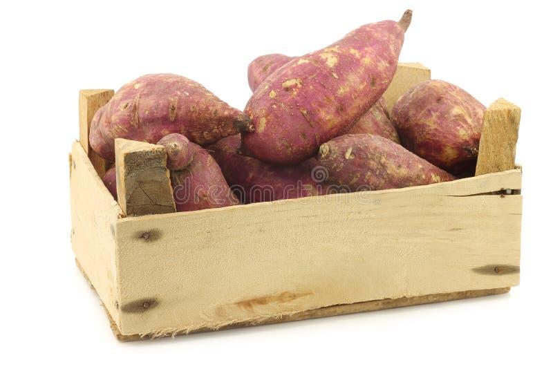 Batatas doces recentemente colhidas em uma caixa de madeira foto de stock