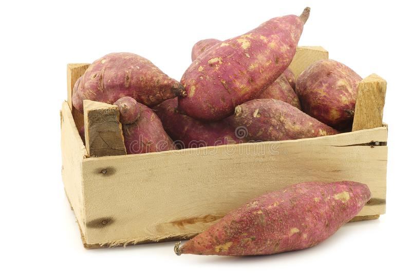Batatas doces recentemente colhidas em uma caixa de madeira fotos de stock royalty free