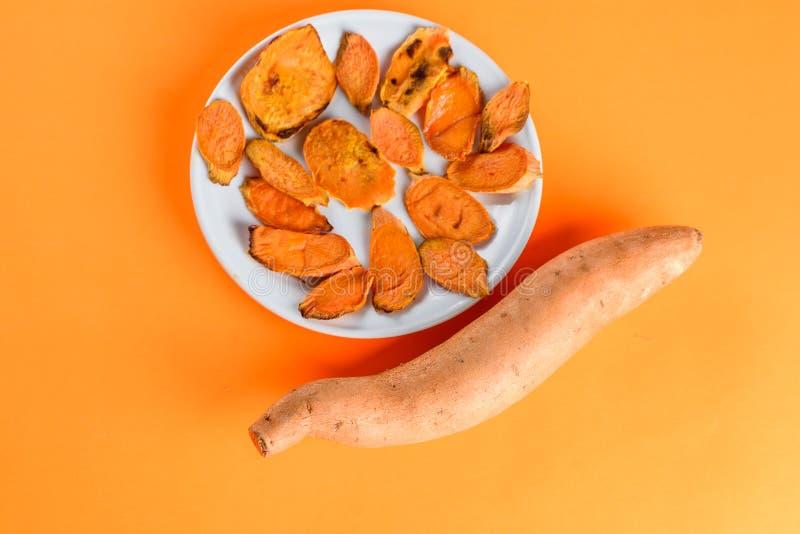 Batatas doces Roasted na bandeja da grade no close-up da placa Disparado de cima de fotografia de stock royalty free