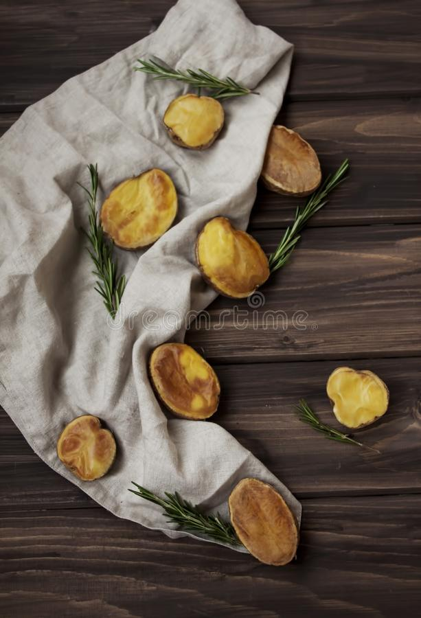 Batatas douradas Roasted com alecrins imagens de stock royalty free