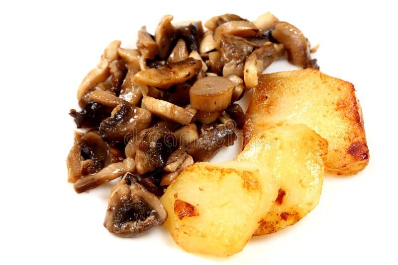 Batatas e cogumelos fritados foto de stock royalty free