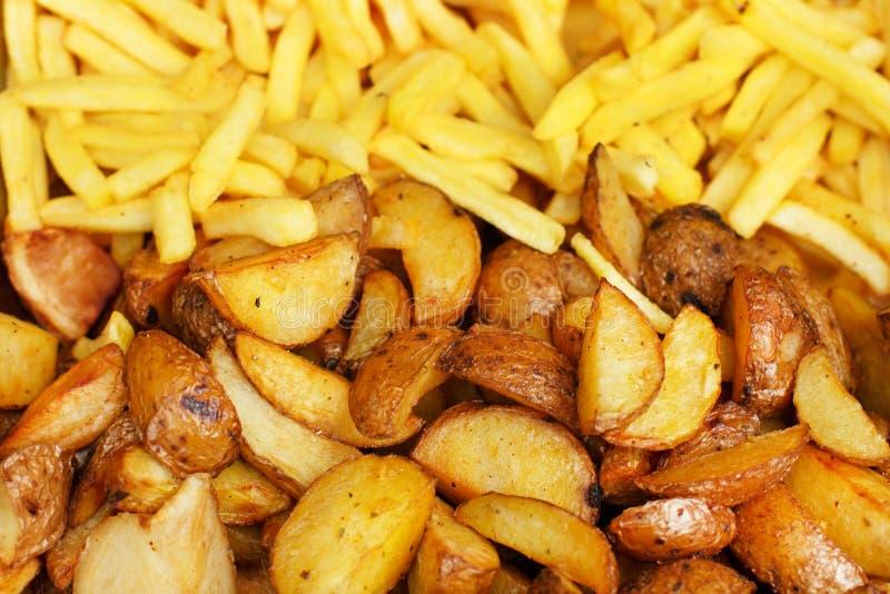 Batatas e batatas fritas roasted segurelha Fundo Prato lateral vegetal fácil cozinhado com batatas closeup imagem de stock