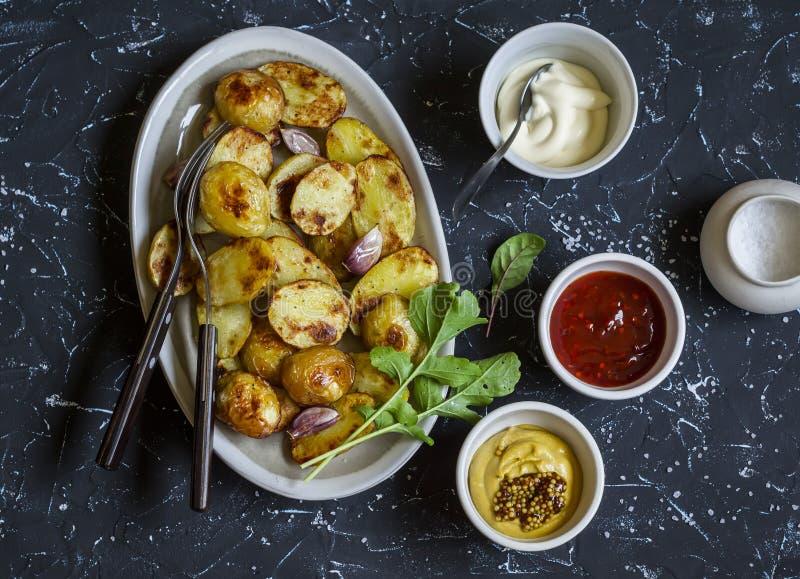 Batatas e molho cozidos ele - maionese caseiro, ketchup e mostarda Almoço ou petisco delicioso fotografia de stock royalty free