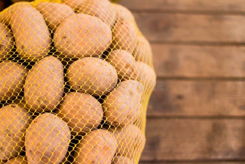 Batatas frescas naturais na loja foto de stock royalty free