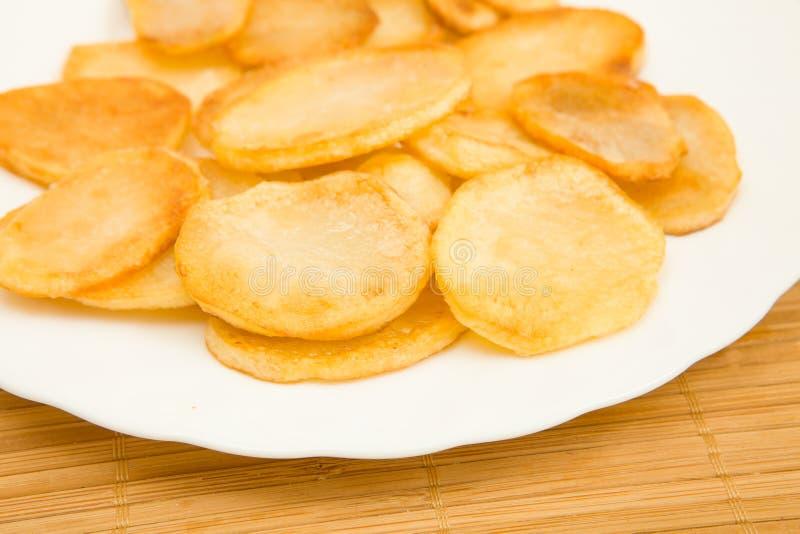 Batatas fritadas, microplaquetas de batata imagens de stock