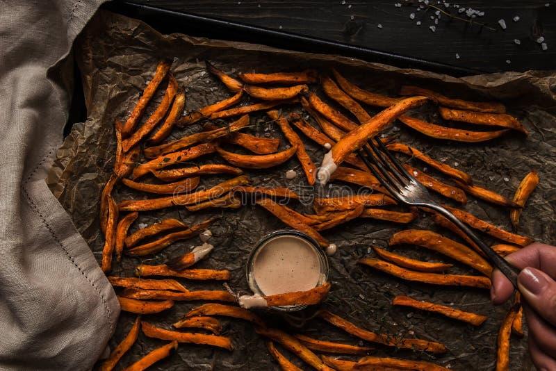 Batatas fritas caseiros deliciosas da batata doce com molho, vista superior fotografia de stock