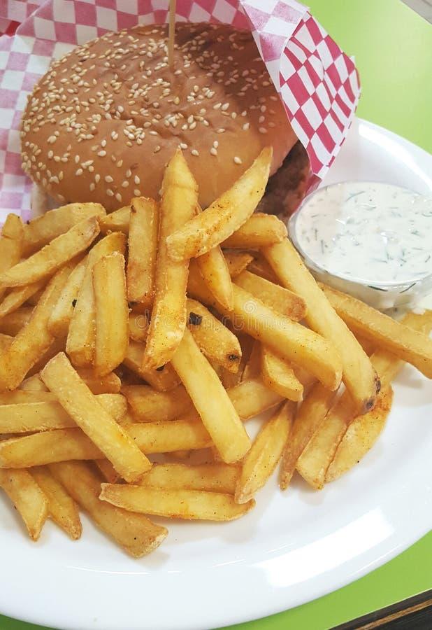 Batatas fritas com molho do hamburguer e de alho imagens de stock royalty free