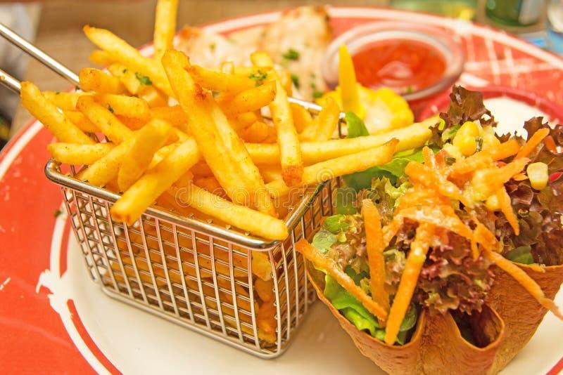 Batatas fritas e salat mexicano fotos de stock royalty free