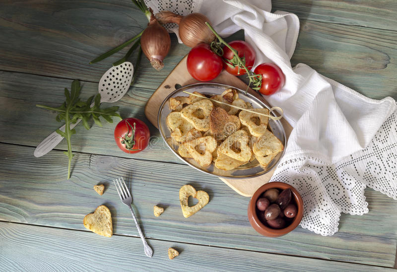 Batatas fritas em uma tabela de madeira foto de stock royalty free