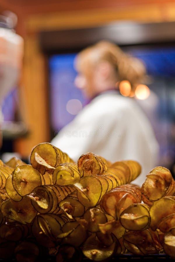 Batatas fritas frescas (microplaquetas de batata) imagem de stock