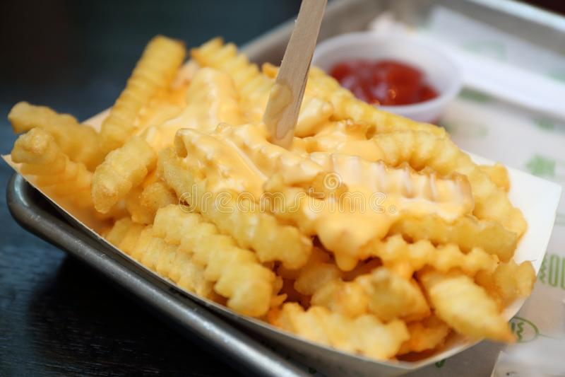 Batatas fritas/microplaquetas com ketchup fotografia de stock