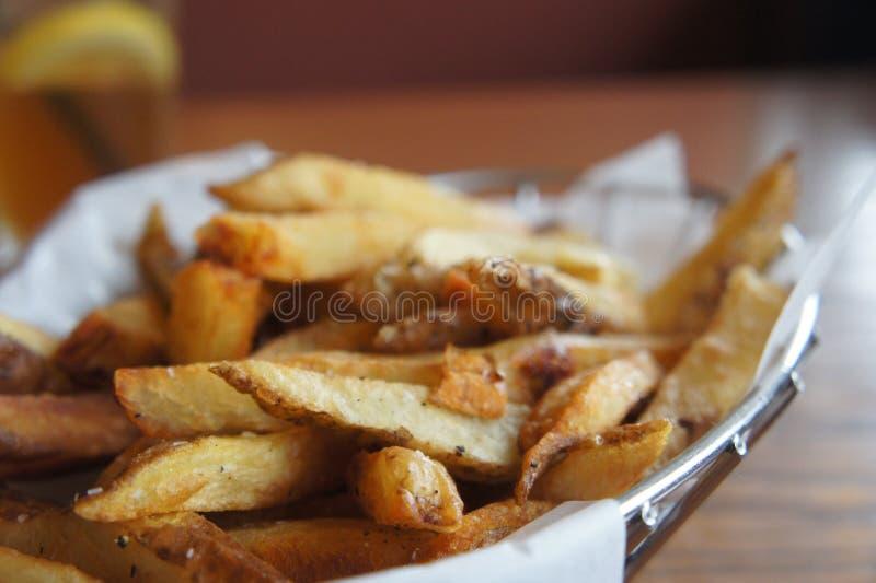 Batatas fritas naturais do corte imagens de stock royalty free