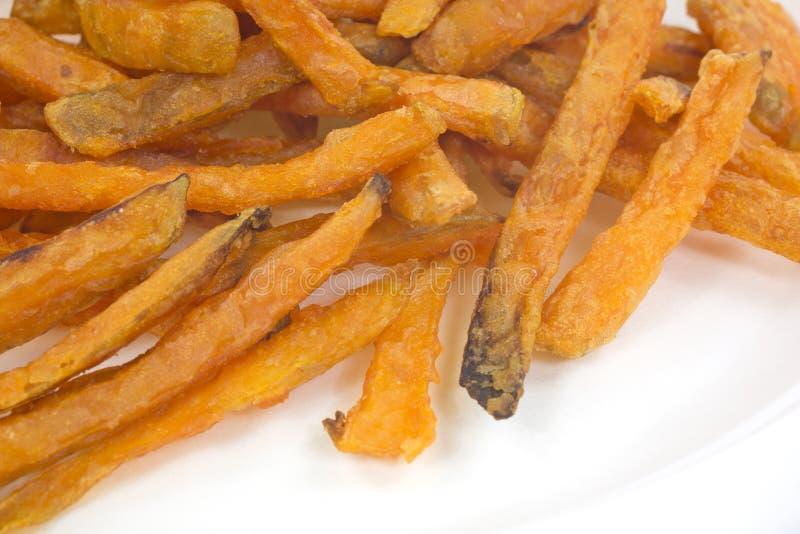 Batatas fritas próximas da batata doce da vista na placa imagens de stock